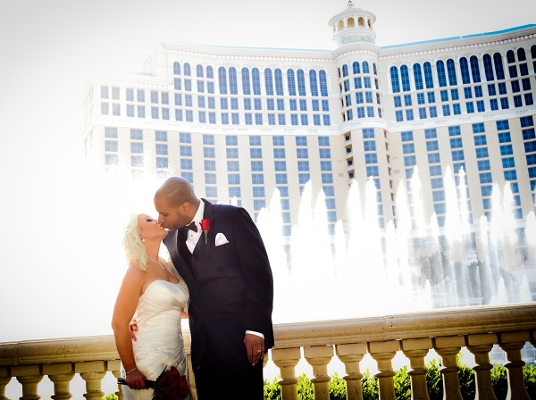 Bride and groom kiss in front of the Bellagio Hotel & Casino water fountains show.
