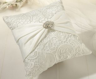 cream-lace-ring-pillow